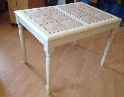 белый стол с плиткой